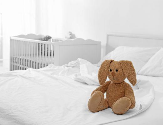 mała sypialnia z kącikiem dziecięcym