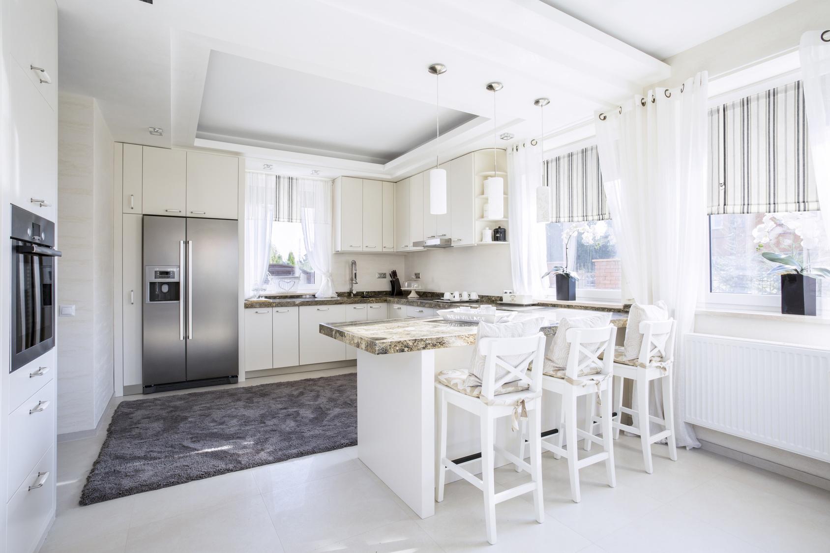 Aranżacja okna w nowoczesnej kuchni z roletą