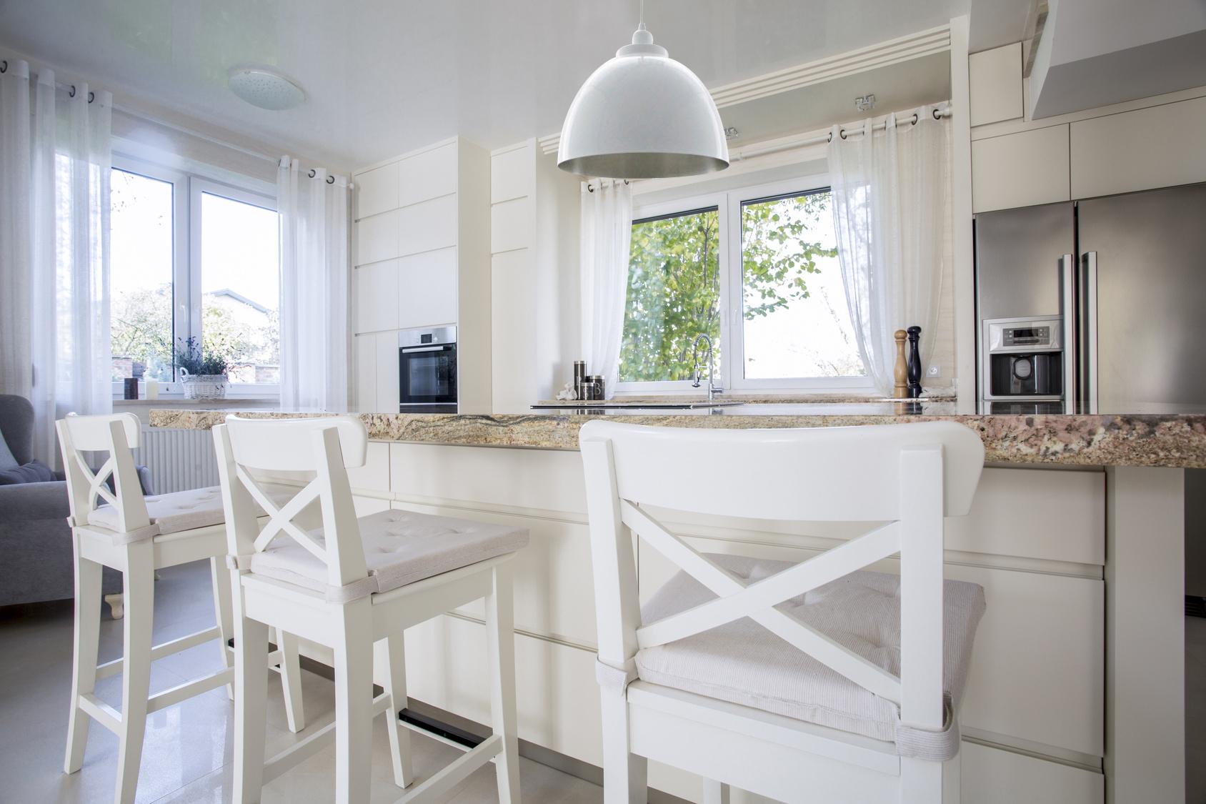 Biała lampa w skandynawskiej kuchni.Aranżacja zdjecie.
