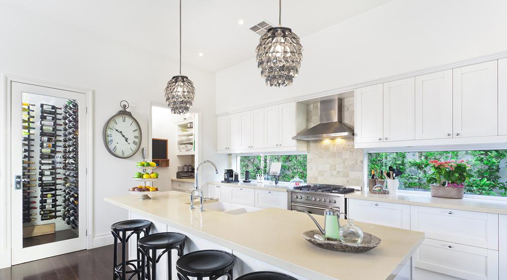 Kryształowy żyrandol w kuchni.Aranżacja zdjęcie.