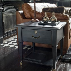 Czarny drewniany stolik boczny