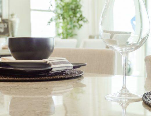 jak udekorować stół w salonie
